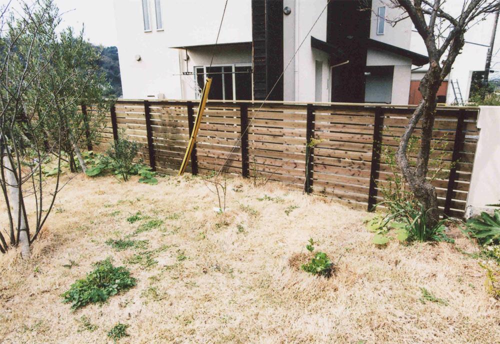 神奈川県葉山町T様邸 木製フェンスに作り替えて目隠し効果!植物とウッドフェンスの相性が抜群。