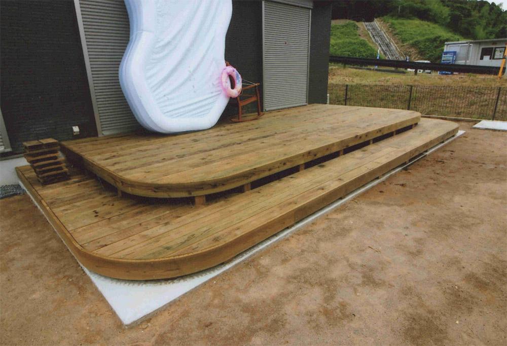 千葉県多古町S様邸 お子様用の大きなプールも置ける角の部分を丸くしたデザインデッキ。