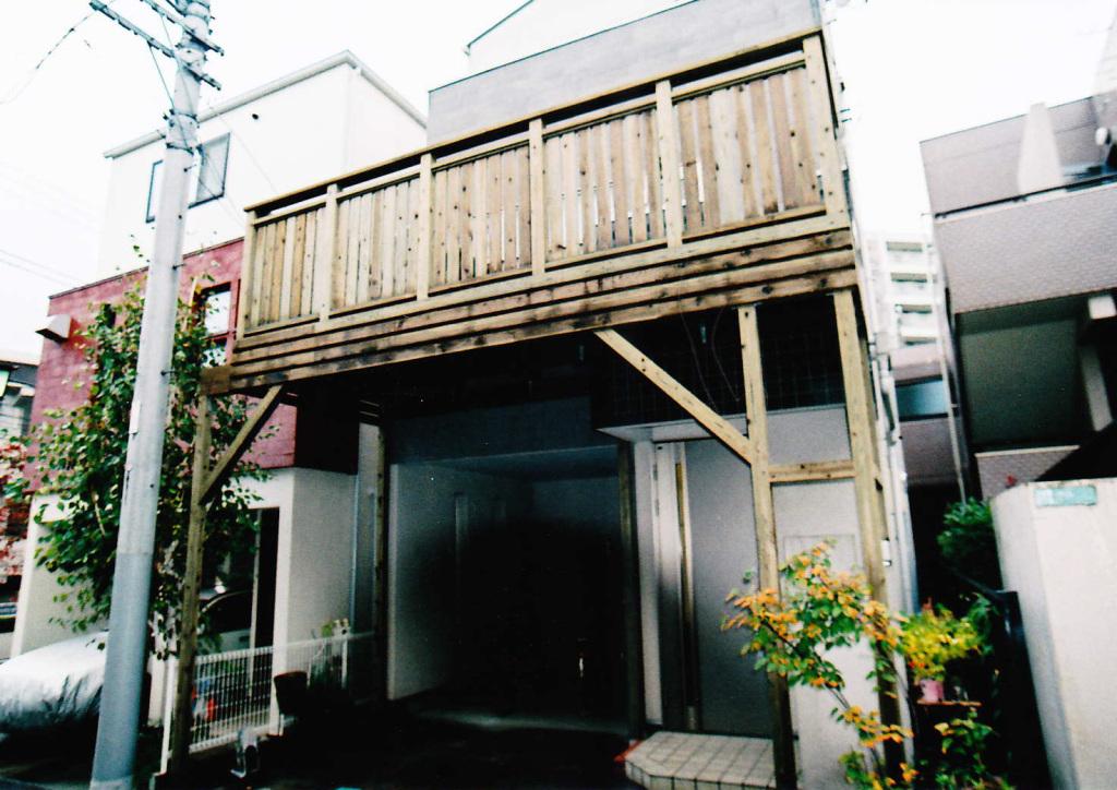 東京都目黒区O様邸 オシャレな車庫上ウッドデッキ。フェンスの目隠し効果で一工夫