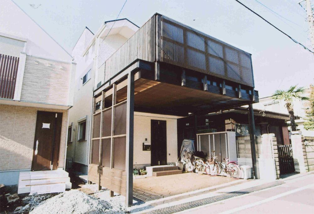 東京都世田谷区Y様邸 濃グレーと濃茶でスタイリッシュな仕上がり。機能面も満足できる車庫デッキ。