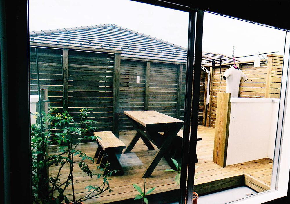 神奈川県茅ヶ崎市I様邸 高めのフェンスを施したプライベート空間でのんびりと過ごせるバルコニー