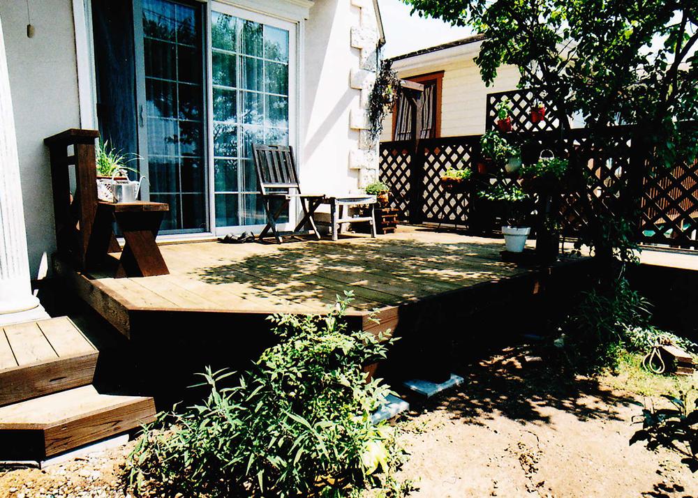 神奈川県川崎市麻生区O様邸 家庭菜園で育てた植物のステージ。かわいらしいウッドデッキ