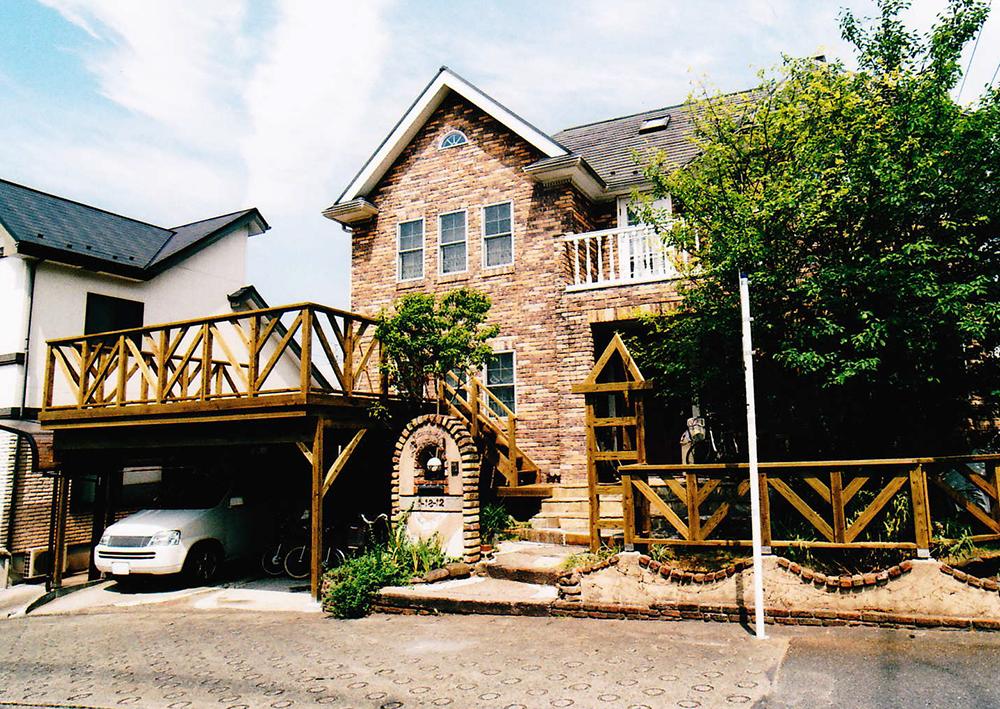 神奈川県K様邸 建物や既存の樹木と外構が引き立つ美しい仕上がりのウッドデッキ