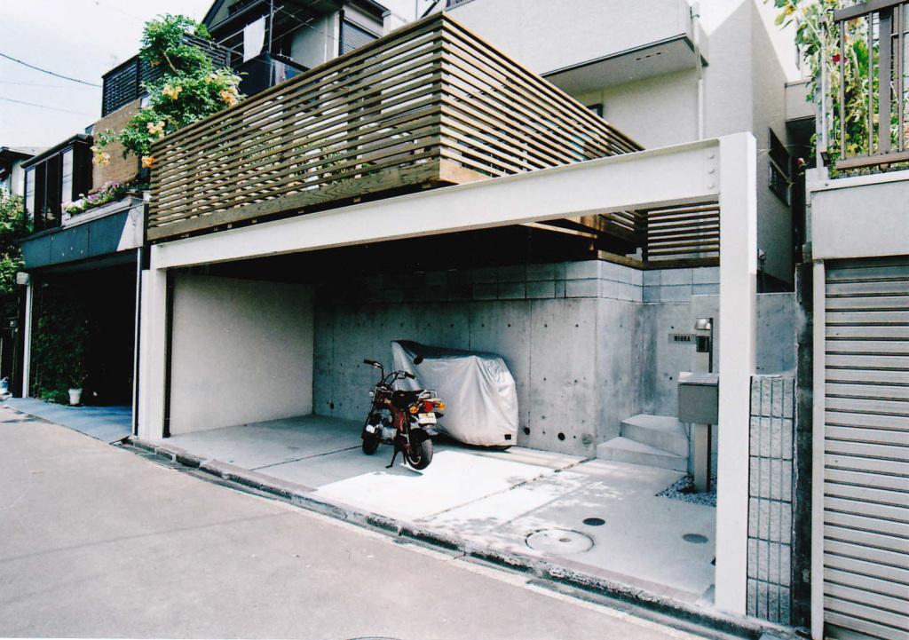 東京都三鷹市M様邸 スペースを存分に活かしたカーポートの上の広々バルコニー