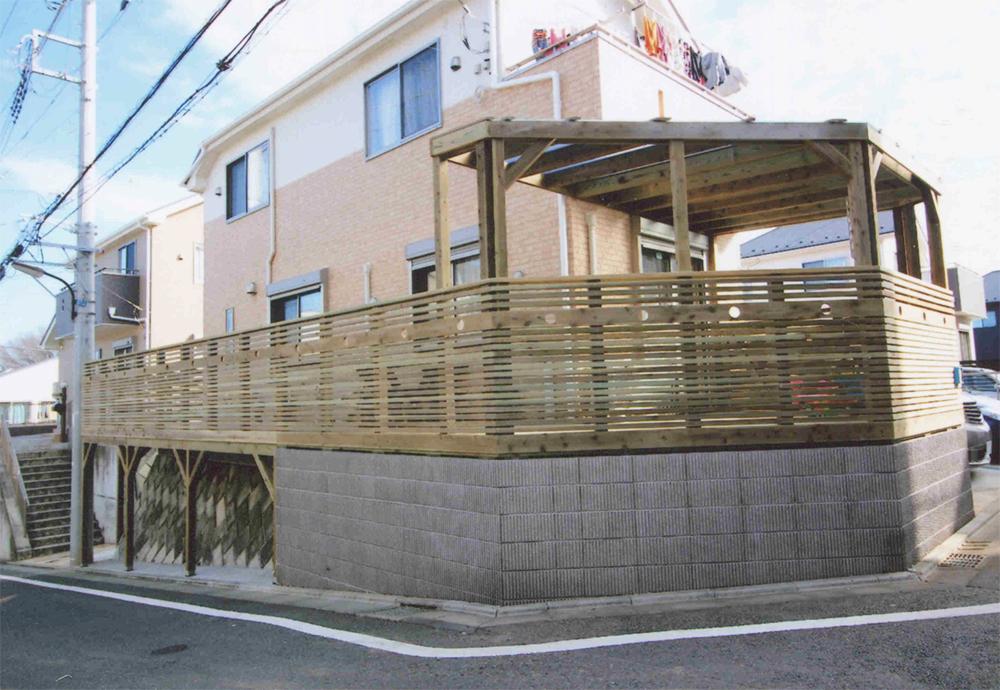 東京都町田市U様邸 お子様のプレイスペースとしてのデッキを起点に、建物をコの字で囲ったデッキ+バルコニーです。