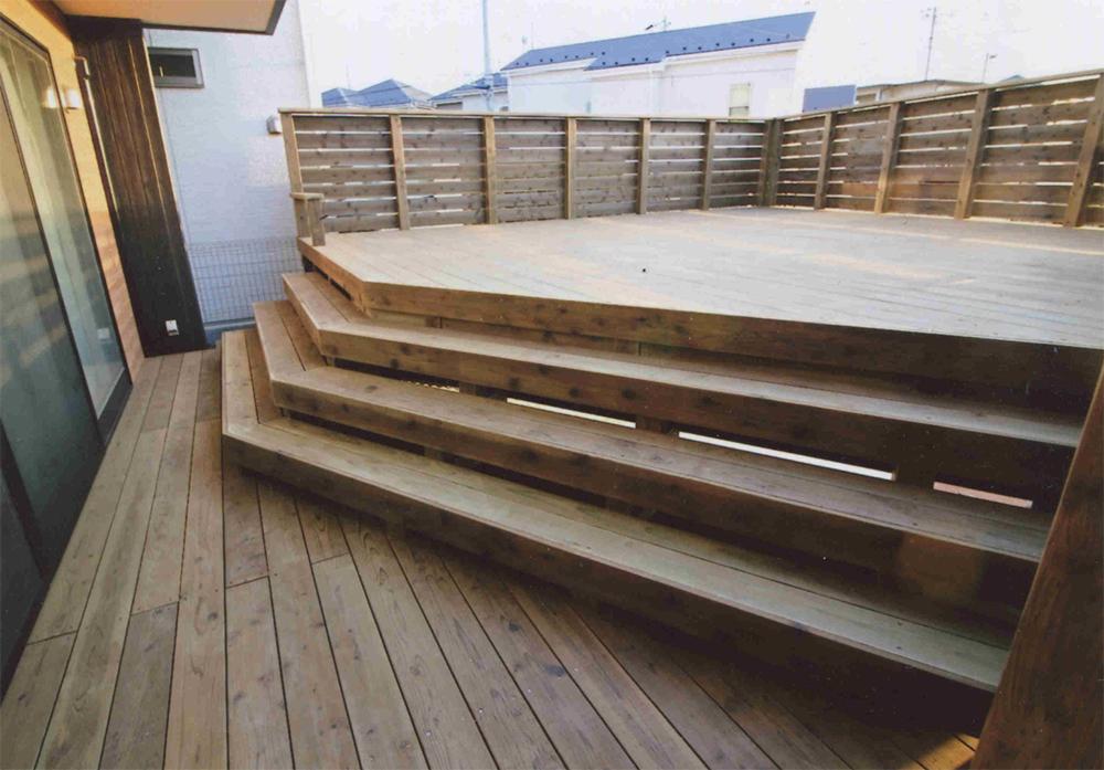 千葉県習志野市O様邸 広々としたなかにも階段がアクセント!一工夫なウッドデッキ