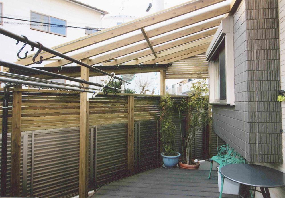 神奈川県横浜市港北区O様邸 アルミフェンスの不足分の高さをウッドフェンスで補い、パーゴラにはマットタイプのポリカを付けました。