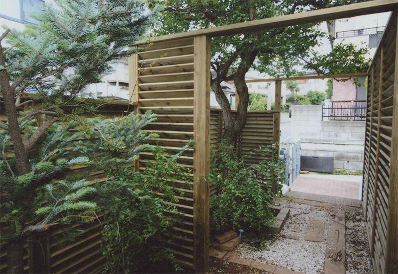 東京都調布市K様邸 訪れる人をお庭へいざなうルーバーフェンスのアプローチ。