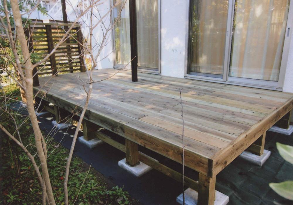 神奈川県鎌倉市W様邸 プレーンなデッキに道路側からの視線カットを考慮したフェンスをプラス。赤ちゃんの成長とともにウッドデッキの用途もさまざま