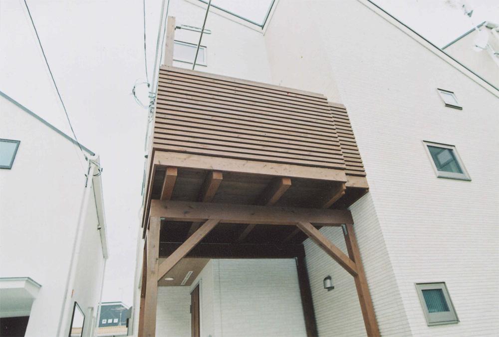東京都世田谷区O様邸 オイルステイン塗装をしたコンパクトな木製バルコニー
