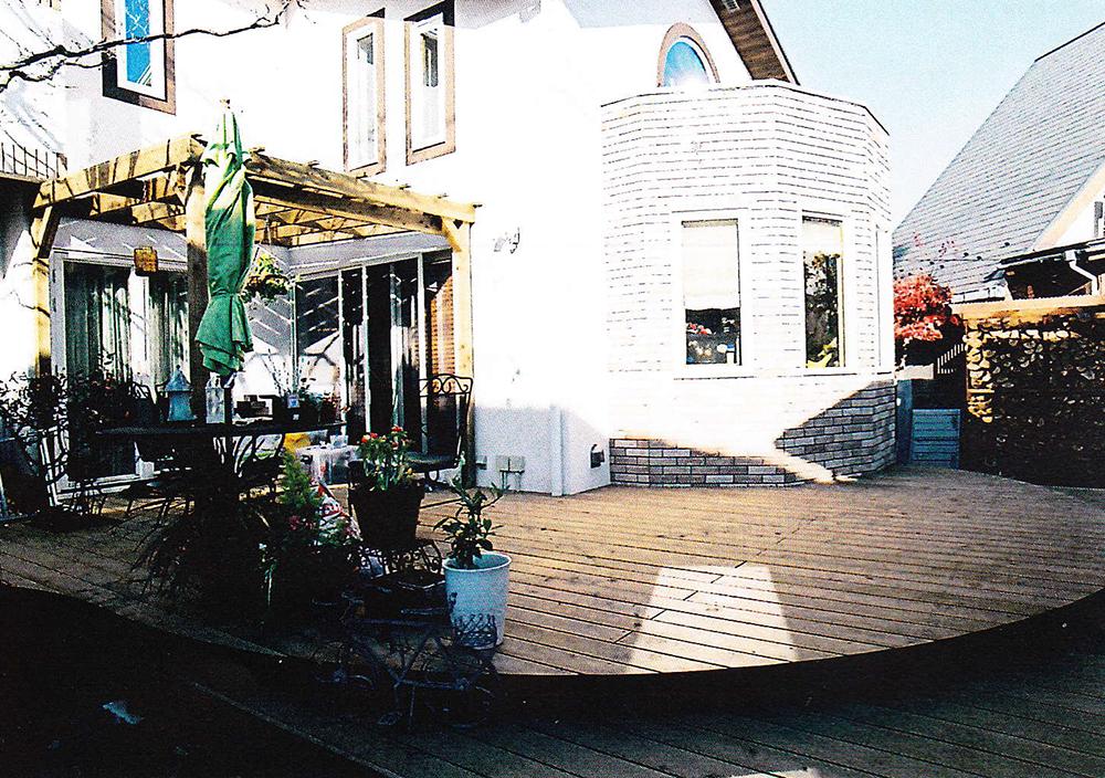 東京都狛江市K様邸 素敵な外観に合わせられた曲線を描いたオリジナルデッキ