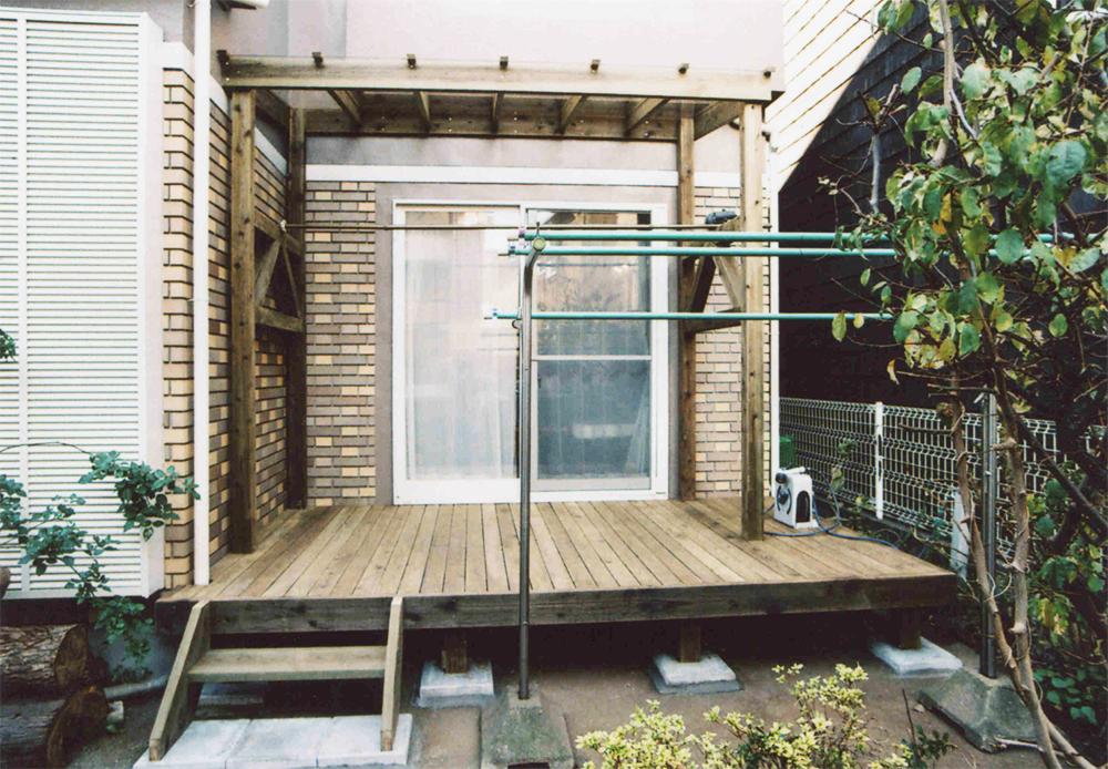 東京都国分寺市H様邸 ポリカーボネイト付きのパーゴラ。竿を受ける部分はデザインと構造を兼ねておしゃれに施工。