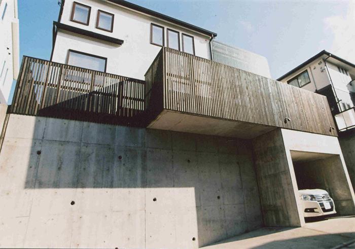 神奈川県横浜市緑区I様邸 細い縦の格子のウッドフェンス。和洋どちらにも合うおしゃれなデザイン。