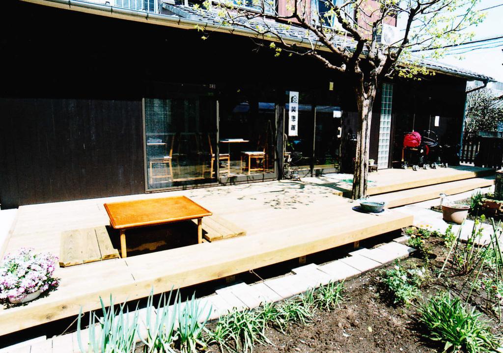 東京都世田谷市笑恵館様 たくさんの方をお迎えする暖かみのあるウッドデッキ