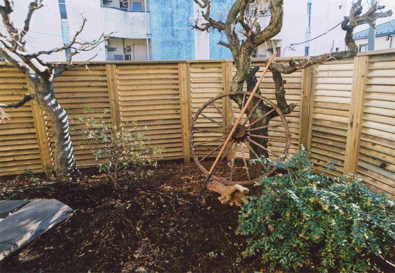 東京都調布市K様邸 通風とプライバシーを兼ね備え1枚1枚丁寧に施工した大きめのウッドフェンス。