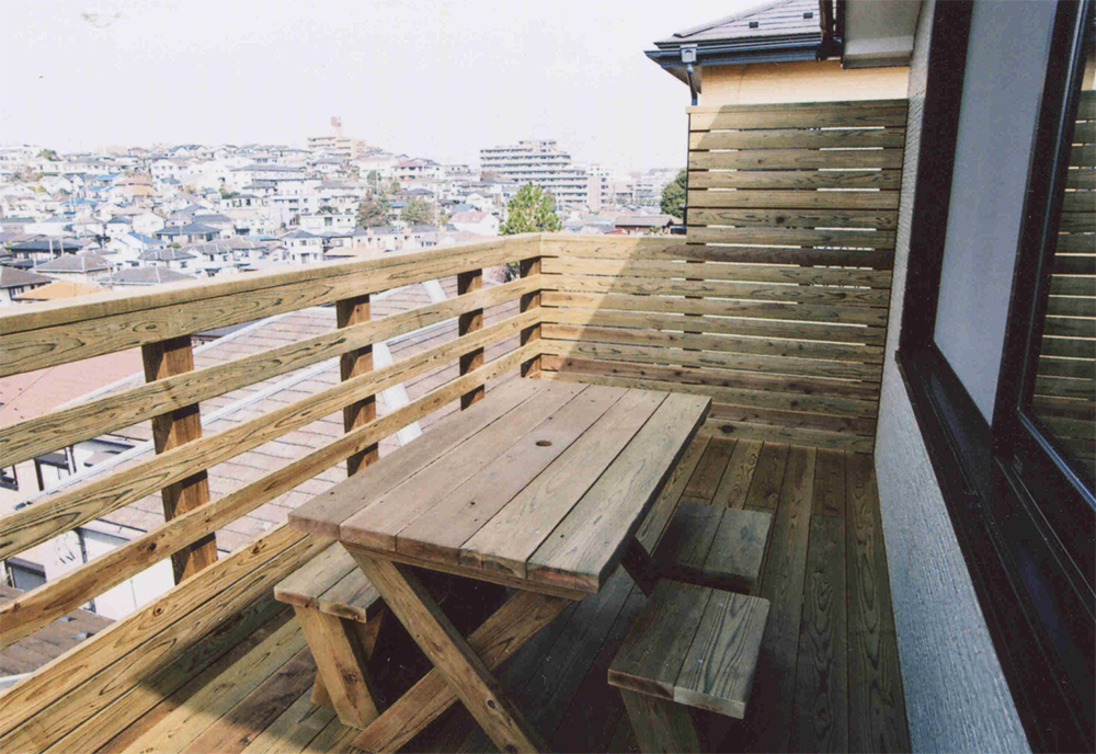 神奈川県座間市N様邸 部分的にフェンスの高さを変える技ありウッドデッキ!見晴らしの良いバルコニーでくつろぎのひととき