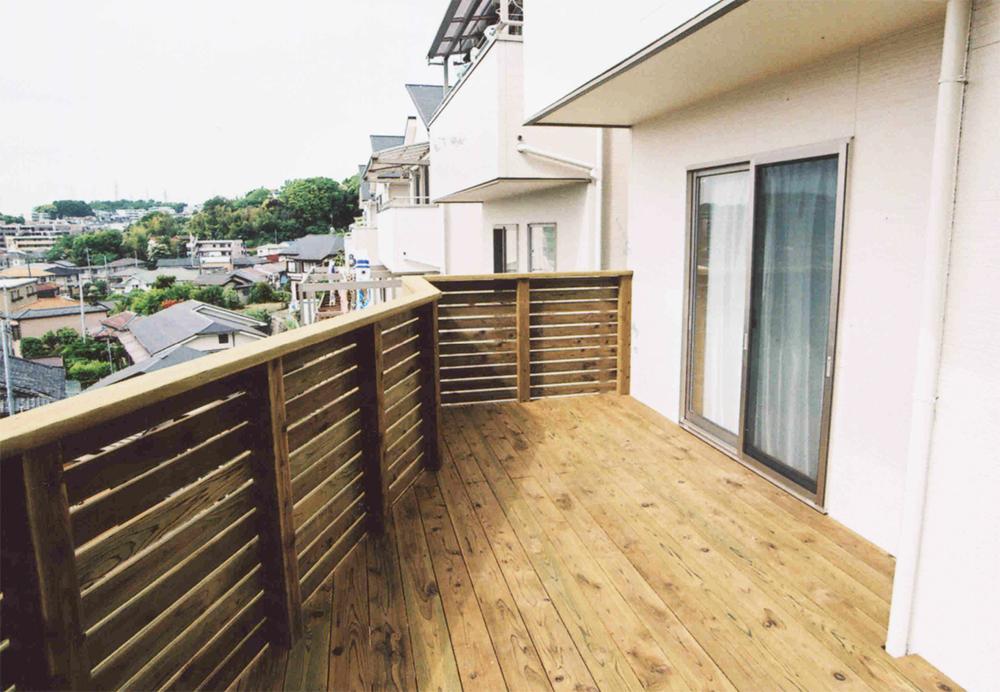 神奈川県横浜市戸塚区Y様邸 見晴らしの良いバルコニーデッキでリラックス空間。景色が良い高台にベストマッチしたウッドバルコニー