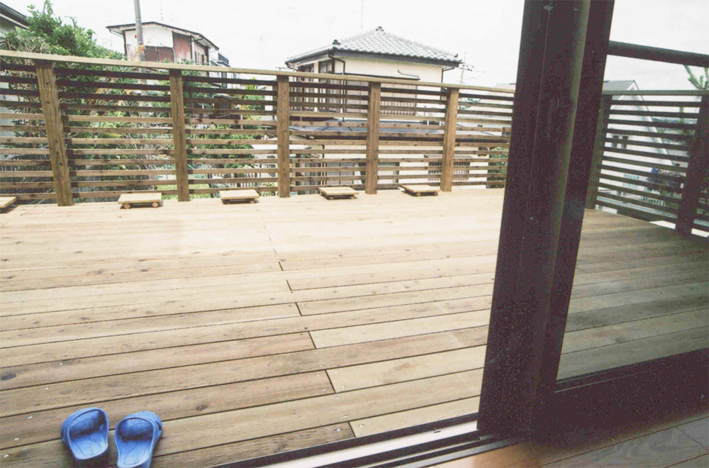 神奈川県横浜市旭区M様邸 傾斜地に作った全て木製のウッドデッキ。お庭がわりに存分に楽しんでいただけます。