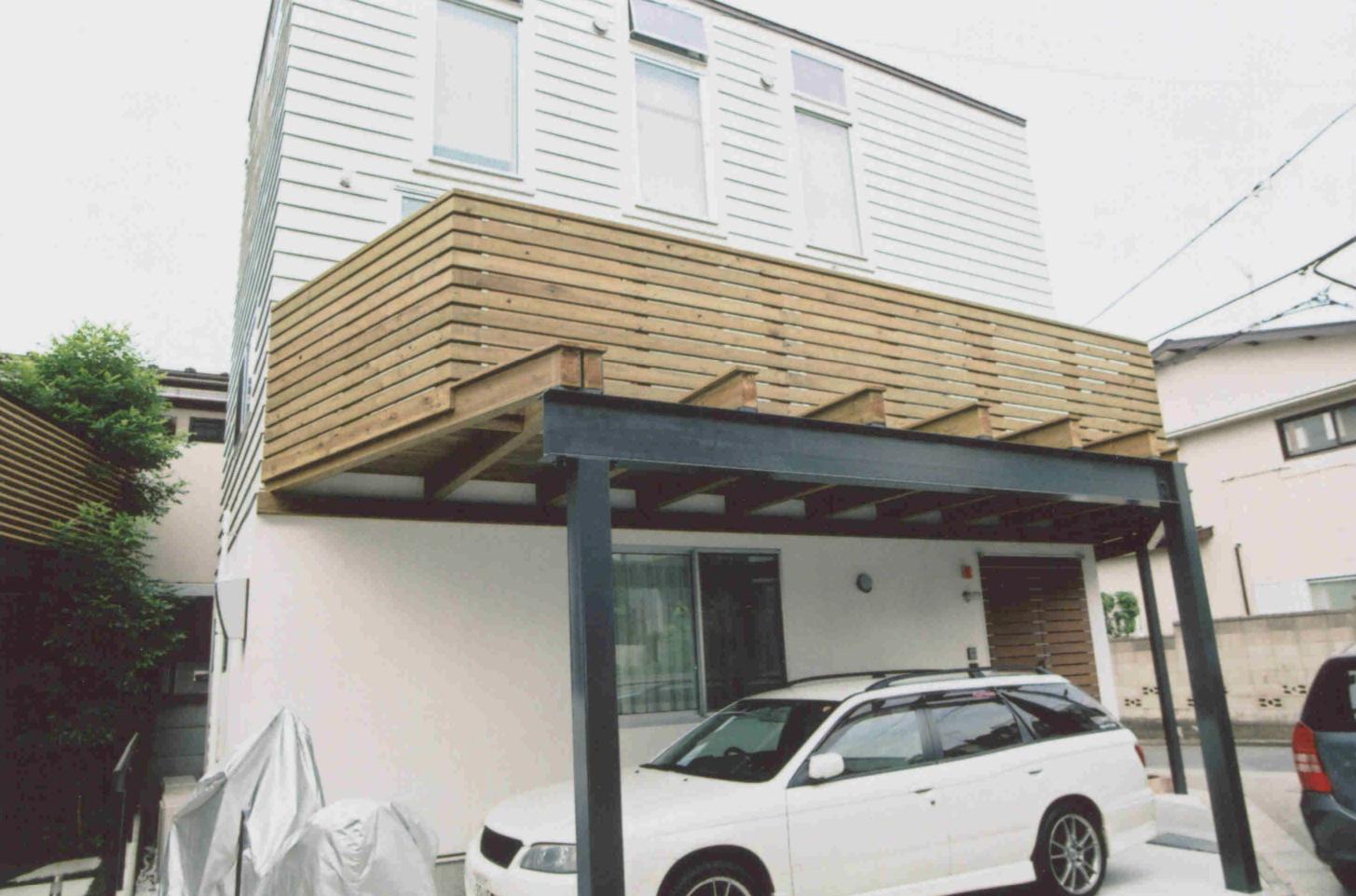 東京都世田谷区H様邸 建物の既存のバルコニーを一部解体し、木製のバルコニーとつなげました。梁がむき出しになる部分は清水寺でも使われている板屋根の技法でカバー