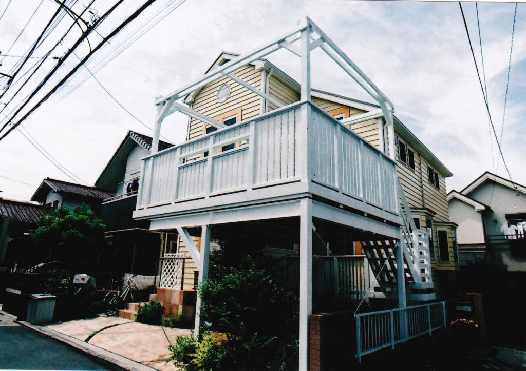 東京都三鷹市T様邸 車庫上デッキ パーゴラや小窓をつけたハイセンスな白の洋風デッキ