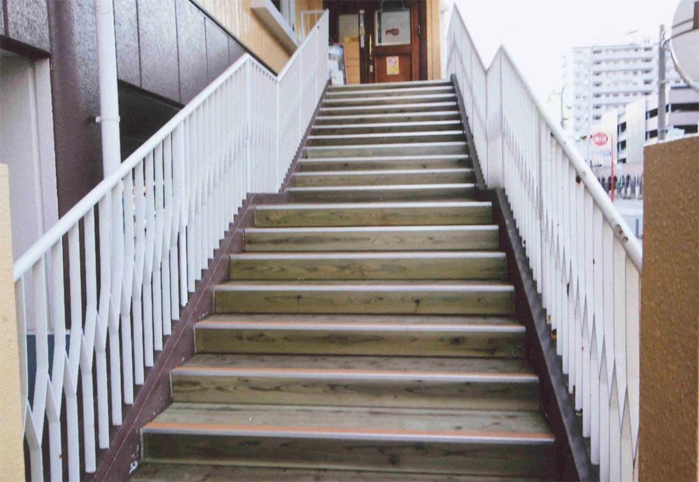 レッドロブスター新松戸店 様 上り下りの際のボクボクという足音にも懐かしさを覚え都会にやすらぎを与えます。