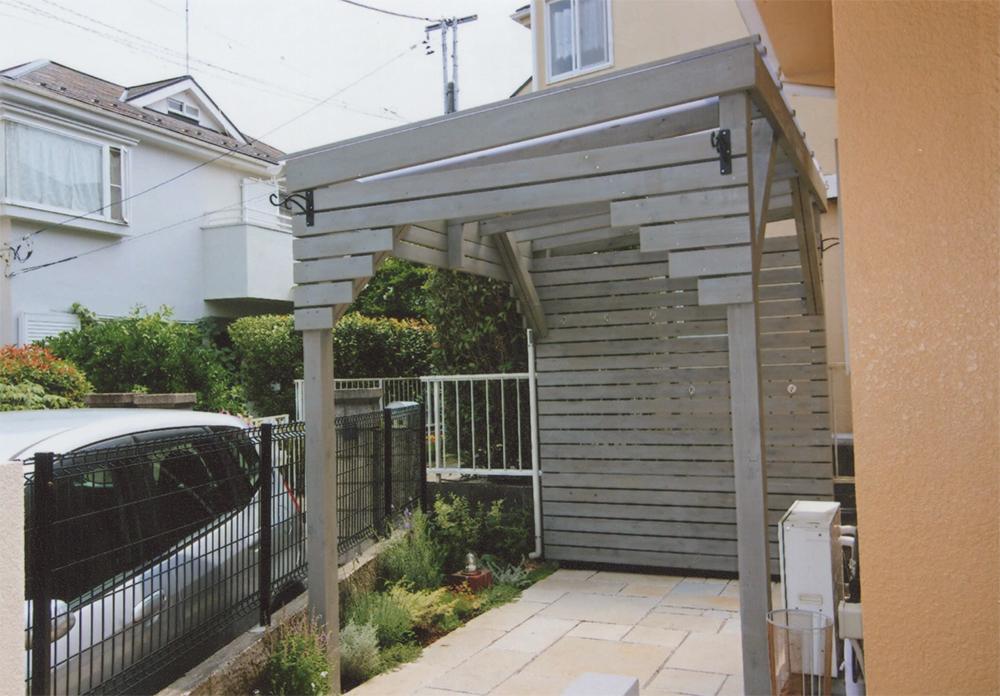 東京都町田市H様邸 ブルーグレイの塗料を掃きとりながら塗った良い雰囲気のウッドデッキ