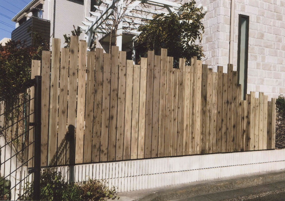 神奈川県川崎市高津区 ランダムに高さを変えたウッドフェンス目隠し効果もありながら圧迫感は少なく、楽しい印象