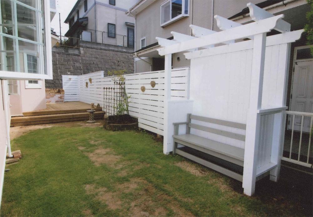 神奈川県川崎市麻生区K様邸 年々美しく変化していくお庭に真っ白なフェンスと自然色のウッドデッキ