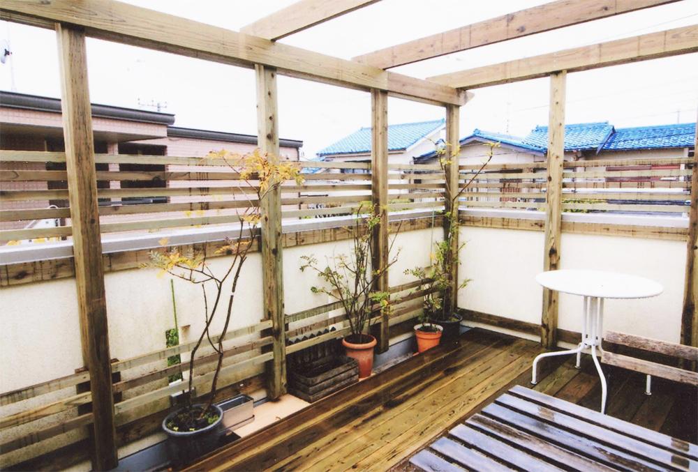 神奈川県横浜市港北区M様邸 2階のバルコニーにウッドデッキ パーゴラをつけて戸外室に