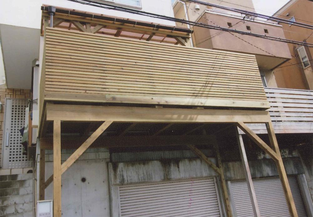 神奈川県横浜市青葉区H様邸 デッキを大きくするために作り替え 色付きポリカでパーゴラをつけて、さらに便利に。