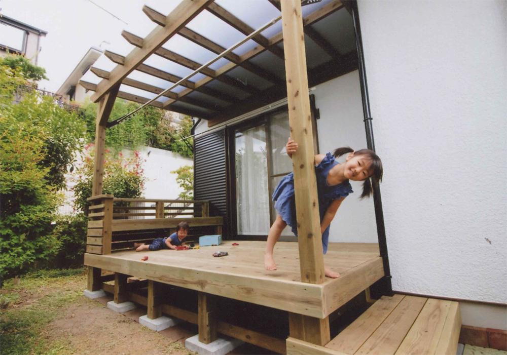 施工例040 町田市S様邸 ちょっとした雨ならOKなポリか付きのパーゴラをデッキと共に作りました。