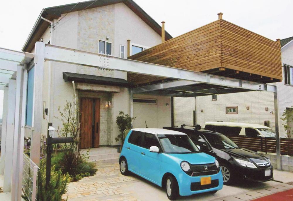 施工例048 千葉県四街道市H様邸 3台分の駐車スペースの上に木製デッキ。錆に強い溶融亜鉛メッキ仕上げ